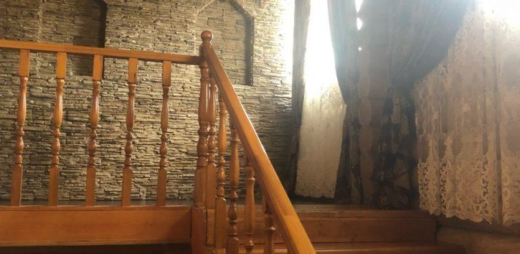 Лестница деревянная в отеле