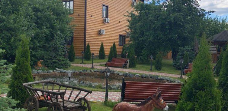 Статуэтки во дворе гостиницы